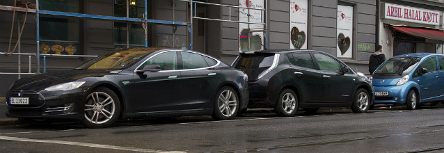1280px-Tesla_Model_S_Nissan_LEAF_Peugeot_iOn_Buddy_Th!nk_in_Oslo_2013_cropped